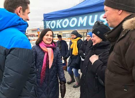 Sanni Grahn-Laasonen piipahti Jämsässä maanantaina. Juttusilla kävi muun muassa Kristiina Palmroth.