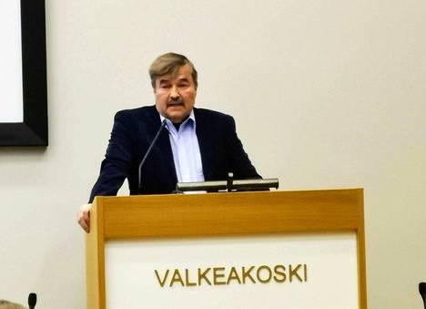 Teknisen lautakunnan puheenjohtaja Hannu Uusikartano (ps,sit) selvitti liikennevaloasioita valtuuston vuoden ensimmäisessä kokouksessa.