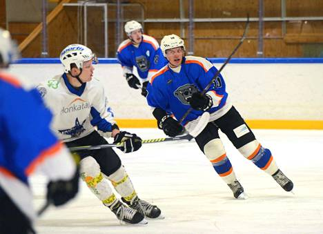 Kiekko-Ahman Joni Luttinen onnistui kahdesti välieräpelissä Pyry AK:ta vastaan lauantai-iltana.