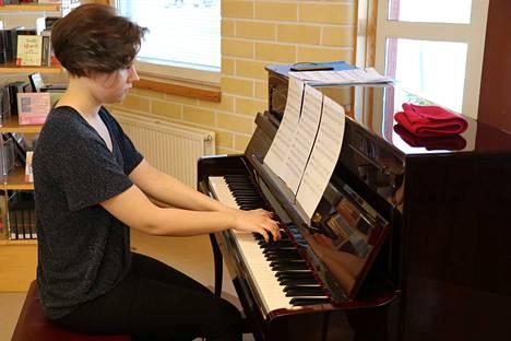 Anniina Mansikka opiskelee klassista laulua Palmgren konservatoriossa Porissa, mutta soittaa myös pianoa ja poikkihuilua.
