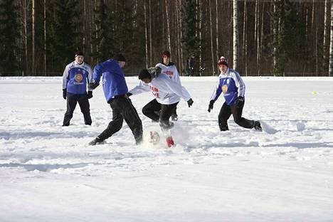 Pietilän kyläyhdistyksen talvitempaus tuo potkupallon ystävät yhteen.