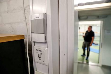 Tampereen kouluissa ilmanvaihto katkaistaan yöksi. Nyt näin suositellaan toimittavaksi kaikkien koulurakennusten kanssa, jotka eivät kärsi sisäilmaongelmista. Kuvassa hiilidioksidimittari, joka säätää ilmanvaihtoa käytön mukaan.