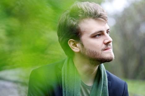 Aleksi Barrière luo Ranskassa uraa musiikkiteatteriin keskittyvänä ohjaajana ja kääntäjänä.