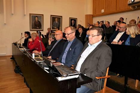 Ari Laivola (toinen oikealta) oli tyytymätön siihen, miten hänen valtuustoaloitettaan käsiteltiin.