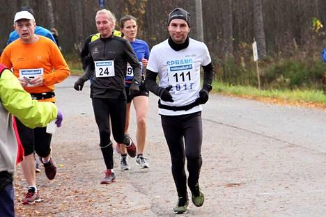 Jari Huhtala, numero 111, otti itseään niskasta kiinni ja aloitti määrätietoisen kuntoilun seitsemän vuotta sitten. Kuva viime lokakuun Kankaanpään Maratonilta.
