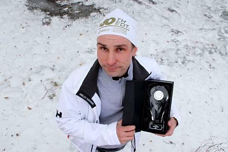 Jari Huhtala sai sadannen maratoninsa kunniaksi muistoksi komean lasisen palkinnon.