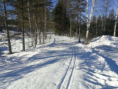 Pirkan Hiihdon järjestäjien mukaan laturetken reitti kaipaa tietyillä paikoilla lisää lunta.