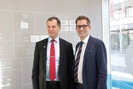 Lammin Säästöpankin talousjohtaja Raimo Willman (vas.) ja toimitusjohtaja Lauri Kalpala kertovat, että pankin on muutettava toimintaansa, jotta se pysyy mukana alan tiukassa kilpailussa.