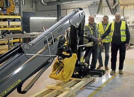Ensimmäinen Keuruulla kokonaan valmistettu Nokka-tuote luovutettiin asiakkaalle HT Laser Oy:n tehtaalla perjantaina. Juhlatunnelmissa uuden metsäkuormaimen tilannut Timo Ala-Reinikka, myyntijohtaja Lassi Pesonen HT Enerco Oy:stä ja HT-yhtiöiden perustaja-omistaja-yrittäjä Hannu Teiskonen.