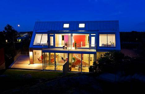 Kodissa on näyttävät suuret ikkunat, joista luonnonvalo pääsee päivisin tiloihin.