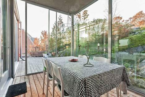Valoisissa huoneissa ja terassilla voi nauttia vuodenaikojen vaihtelusta.