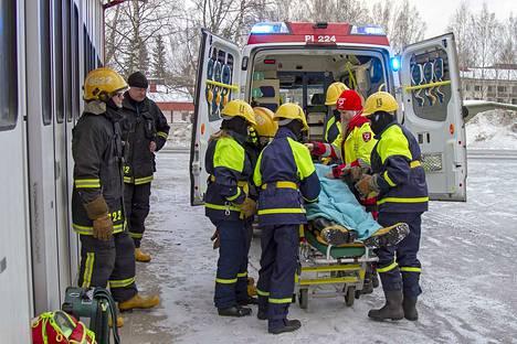 Mäntän VPK:n nuoriso-osasto järjesti kansainvälisille vieraille toimintanäytöksen Mäntän paloasemalla.