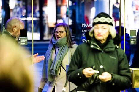 Oven auki pitäminen on Ranskassa paljon tavanmukaisempaa kuin Suomessa. Väitöstutkija Tuuli Holttinen avaa kohteliaasti oven muille ihmisille Helsingin Stockmannin pääovilla.
