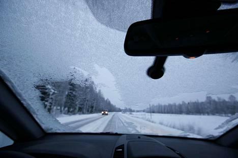 Alijäähtynyt sade aiheuttaa vaaratilanteita myös jäätyessään tuulilasiin ajon aikana.