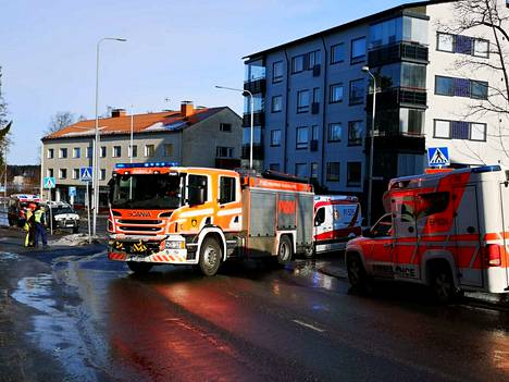 Henkilöauto törmäsi kuorma-auton keulaan Varilankadulla Sastamalassa lauantaina.