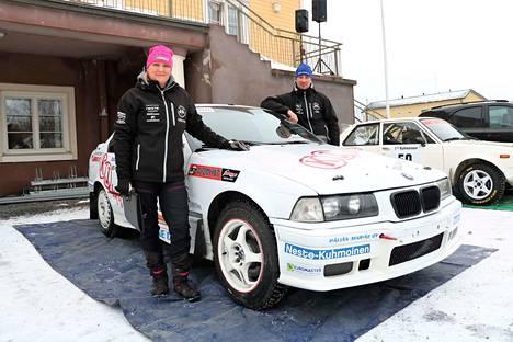 Kuhmoislainen Ville Lehtonen osallistui lauantaina elämänsä kolmanteen ralliin tarkoituksenaan nauttia vauhdista ja vaarallisista tilanteista. Kartturin paikalla istui puoliso Minna Lindroos.