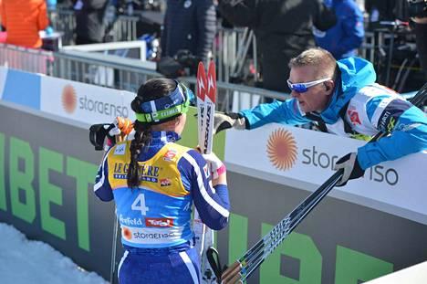 Krista Pärmäkoski kävi kisaa läpi valmentajansa Matti Haaviston kanssa heti kisan jälkeen.