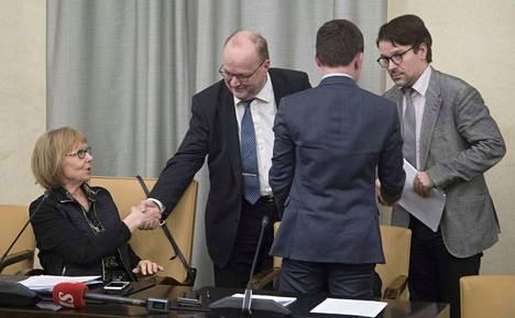 Annika Lapintie, Tapani Tölli, Wille Rydman ja Ville Niinistö keskustelemassa perustuslakivaliokunnan kokouksen alussa torstaina.