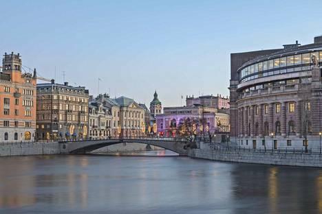 Asuntojen hinnat ovat nousseet Tukholmassa vielä enemmän kuin Helsingissä. Ruotsin kasvukeskuksissa voidaan puhua EK:n pääekonomisti Penna Urrilan mukaan asuntokuplasta.