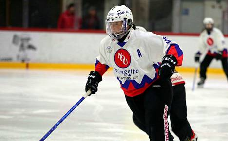 Elina Raesola teki saman jäähyn aikana kaksi alivoimamaalia EKS:n verkkoon. NoU otti kaksi sarjapistettä 5–6-voitolla.