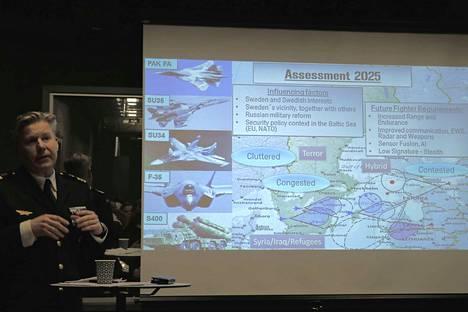 Ruotsin ilmavoimien everstiluutnantti, kansainvälinen yhteysupseeri Rickard Nyström esitteli Ruotsin ilmavoimien tilannekuvaa Tukholmassa. Ilmataistelut alkaisivat Itämeren yllä.