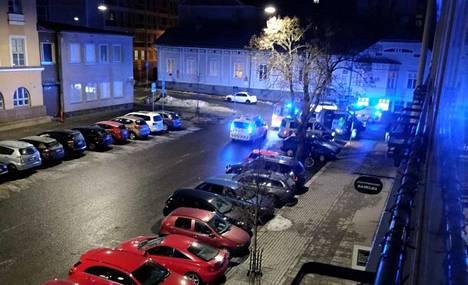Poliisi eristi puistonpenkkiä ympäröivän alueen heti, kun mies oli viety sairaalaan.