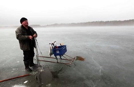 Heimo Laine kalastaa talvisin myös verkoilla. Häntä ei ota päähän, vaikka kalaa ei aina tulisikaan. Pääasia on lähteä ulos kelkkailemaan raittiiseen ulkoilmaan.