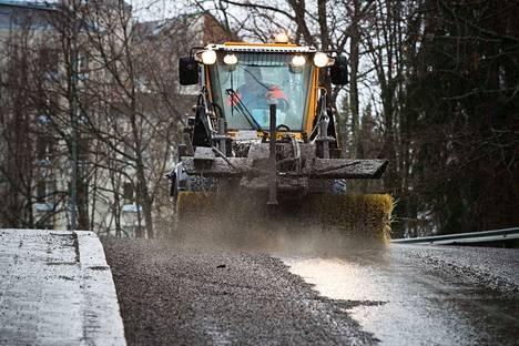 Kuvituskuva. Katua puhdistettiin Tampereella hiekasta maaliskuussa 2017.
