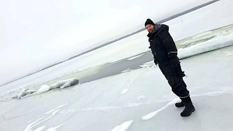 Joonas Lahtinen seisoi railon vieressä Roineella sunnuntaina 24. helmikuuta.