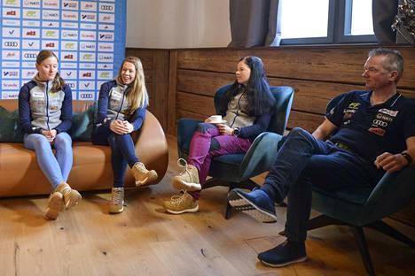 Suomen joukkueesta maanantain infossa olivat paikalla Johanna Matintalo (vas.), Laura Mononen, Pärmäkoski ja Matti Haavisto.