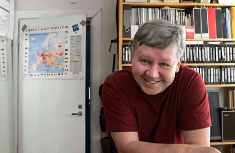Julisteen oli tehnyt Tarmo Koivisto, joka oli piirtänyt siihen itsensä ja sarjakuvansa Mämmilän hahmoja.