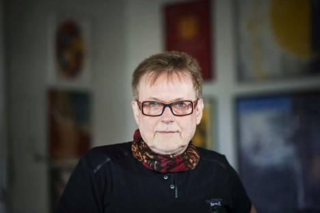 Tamperelainen Juha Siro on kirjoittanut kuusi romaania ja viisi runokokoelmaa. Yllämme kaartuva taivas kuvaa sekä 1930-luvun Berliinissä varttuvaa poikaa että ilmastonmuutoksen runtelemaa tulevaisuutta.