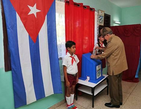 Raúl Castro äänesti Havannassa uudesta perustuslaista. 87-vuotias Castro on luopunut presidentin tehtävistä, mutta hän on yhä kommunistipuolueen pääsihteeri.