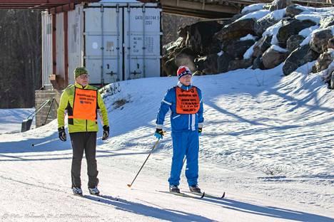 Ilkka Lindberg ja Kimmo Puolitaival taittoivat yhdessä viestin viimeisen osuuden.