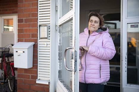 Susanna Vehmanen on tehnyt erilaisia sijaisuuksia ja pätkiä jo liki 10 vuoden ajan sen jälkeen, kun valmistui lähihoitajaksi. Satakunnassa saattaa olla pulaa lyhytaikaisista sijaisista, mutta vakituisia hoitoalan työpaikkoja on auki niukasti ja hakijoita on paljon.