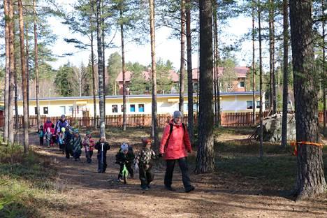 Muun muassa väistötiloissa toimivan Kärämäen päiväkodin lasten on määrä siirtyä päiväkoti Euranrinkilään. Arkistokuvassa Käräjämäen päiväkodin Puput-ryhmä on lähdössä metsäretkelle.