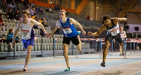 Juuso Peltola (268) nousi mestariksi 19-vuotiaiden 60 metrin aitojen tasaisessa taistossa ajalla 8,04. Eero Hirvinen (86) oli toinen ja Chibunna Ezeabasirim (67) kolmas samalla ajalla 8,05.