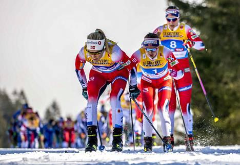 Therese Johaug veti skiathlonissa Ingvild Östbergiä ja Astrid Jacobsenia perässään.
