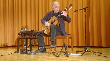 Ralph Townerin näpeissä kitara soi kuin unelma. Validi Karkia -klubin konsertti on miehen ensimmäinen sydämenohitusleikkauksen jälkeen.