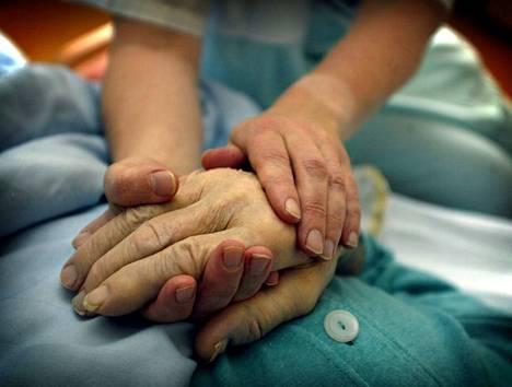 Kuolevien potilaiden hoitoon liittyvien puutteiden lista on pitkä. Parannettavaa on muun muassa henkilöstön koulutuksessa ja osaamisessa sekä palvelujen kattavuudessa.
