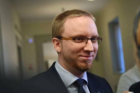 Sinisten eduskuntaryhmän puheenjohtaja Simo Elo sanoi ryhmän noudattavan hallituksen kantaa.
