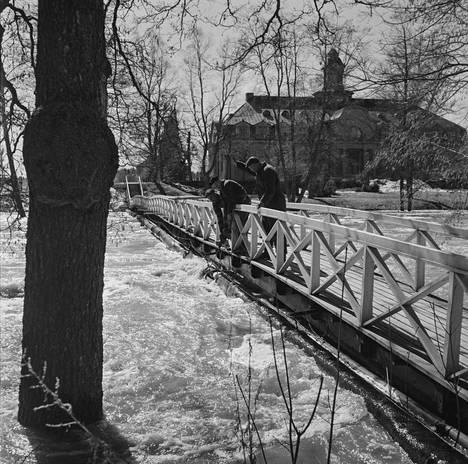 Satakunnan Kansa uutisoi 4.5.1966 tulvasta Noormarkussa. Noormarkunjoen tulva oli pahin yli 40 vuoteen. Osa kylien asukkaista jäi täysin veden saartamiksi, ja tulvavesi tunkeutui useisiin asuinrakennuksiin. Pahin tilanne oli Kyläjärven ympäristössä sekä Finpyyn ja Noormarkun kylissä.