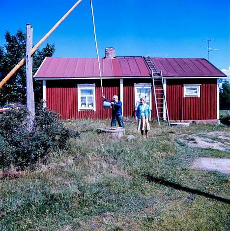 Satakunnan Kansassa 15.8.1976 kerrottiin Kasalasta eli Kasabölestä, pienestä Merikarvian kylästä, jossa oli perinteisesti asunut pääasiassa ruotsinkielistä väestöä. Heitä asui kylässä enää parikymmentä. Folkskola oli lopetettu vuonna 1968. Tyyne ja Nikolai Erkkilä olivat muuttaneet kylään nelisenkymmentä vuotta aikaisemmin. He kertoivat tulleensa erinomaisesti toimeen niin suomen- kuin ruotsinkielisten kyläläisten kanssa.