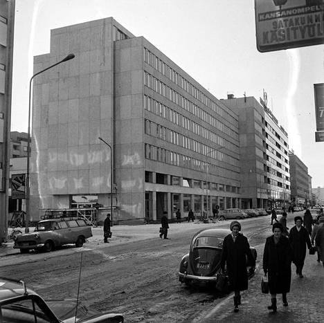 Porin uusi postitalo valmistui raivoisan tulipalon takia kolme kuukautta aikataulusta jäljessä. 4.3.1967 lehdessä kuvailtiin uutta rakennusta, jonka rakennuskustannukset olivat 7,25 miljoonaa markkaa. Ensimmäisessä kerroksessa sijaitsivat postisali, kansliatilat ja postinkäsittelyosasto. Toisessa kerroksessa oli valtionpuhelimen ja postin arkistotiloja. Kolmannessa kerroksessa oli posti- ja lennätinlaitoksen aluetoimisto, kaukokeskus ja veroviraston tiloja. Neljännessä kerroksessa toimi verovirasto, viidennessä työnvälitystoimisto ja ammatinvalinnan ohjaus. Kuudennessa kerroksessa oli Ulvilan tuomiokunnan istuintilat ja verotoimiston tiloja. Seitsemäs kerros oli kokonaan Porin sotilaspiirin esikunnan käytössä. Ylimmässä kerroksessa sijaitsi henkilöstön ravintola, asuinhuoneistoja ja sauna.