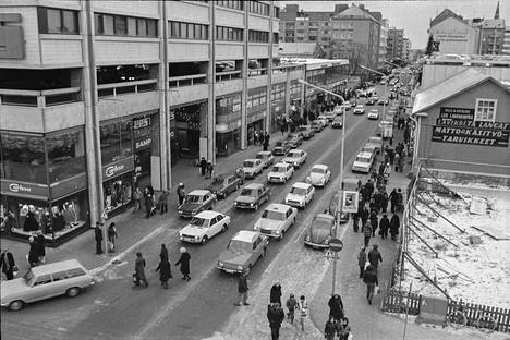 """Porissa riitti vilskettä jouluruuhkassa joulun alla vuonna 1975. """"Katujen risteyksiin syntyi nopeasti tungosta, kun jalankulkijat odottelivat vuoroaan päästäkseen jatkuvan autovirran lomitse kadun toiselle puolelle. Tosin monet aitoon porilaiseen tapaan ryntäsivät ajotielle aivan autojonojen eteen ottamatta lainkaan huomioon sitä, että autojen oli melko mahdotonta äkkiä jarruttaa liukkaalla kadulla"""", kirjoitettiin Satakunnan Kansassa 21.12.1975."""