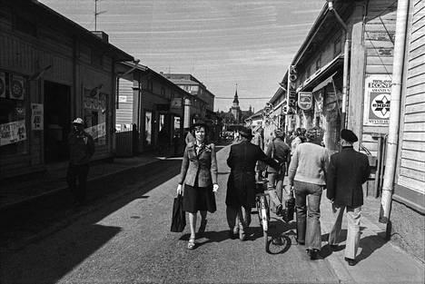 """Satakunnan Kansa otsikoi 13.6.1976: """"Jalankulkijat herroina Vanhan Rauman kaduilla"""". Kävelykatukokeilussa Vanhassa Raumassa tuhannet raumalaiset nauttivat saadessaan kävellä tunnelmallisilla kaduilla ilman moottoriliikenteen väistelyä. Myös autoilijat ottivat kokeilun hyvin vastaan, tosin muutama siitä tietämätön yritti ajaa kokeilualueelle. Poliisi joutui valvomaan liikennettä alueella koko päivän."""