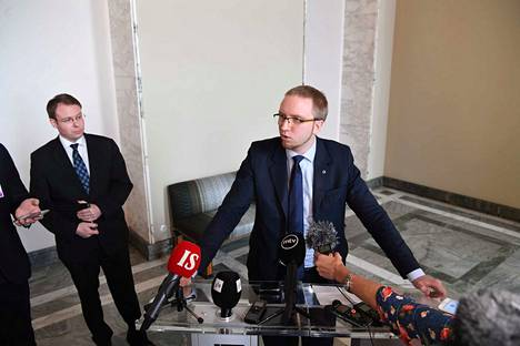 Sinisten ryhmäjohtaja Simon Elo ja kansanedustaja Vesa-Matti Saarakkala kertoivat sinisten ylimääräisen ryhmäkokouksen tunnelmista eduskunnassa.