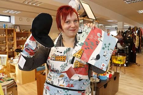 Päivi Koskinen esittelee taiteilija Outi Virtasen suunnittelemaa Nokia-kuosista keittiösarjaa, jota on myynnissä Siison-kirpputorilla.