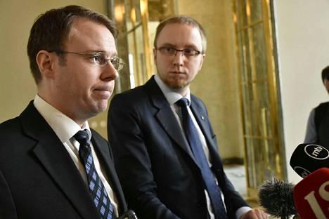 Sinisten kansanedustajan Vesa-Matti Saarakkalan (edessä) ja sinisten eduskuntaryhmän puheenjohtajan Simon Elon eleet ja ilmeet olivat tiistaina eduskunnassa vakavia.