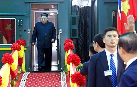 Pohjois-Korean johtaja Kim Jong-un astui vietnamilaiselle Dong Dangin raja-asemalle kahden vuorokauden junamatkan jälkeen. Huippukokous Donald Trumpin kanssa alkaa keskiviikkona.